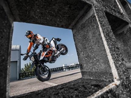 KTM 690 SMC R 2019  Bist du bereit sowohl Straße als auch Rennstrecke zu rocken?! Jetzt die neue KTM 690 SMC R 2019 ... Weiter >>