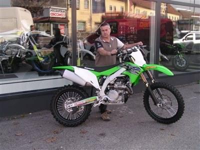 Einmal ein grünes Bike, immer ein grünes Bike! Nach diesen Moto kauft wohl Thomas seine Motorräder. Es freut uns, dass wir eine neue Kawasaki KX 450/2019 übergeben dürfen. Wir w... Weiter >>