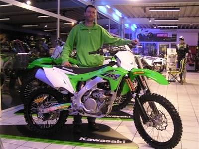 Auslieferung einer neuen KX 250 Es freut uns, dass wir an Richard eine Kawasaki KX 250 übergeben dürfen. Wir wünschen mit dem Bike viel Spaß und viel Erfolg.
