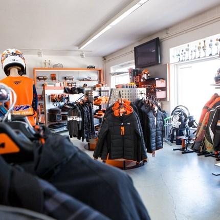 Öffungszeiten  Der große Laden mit Zubehör sowie Neu- und Gebrauchtmaschinen und die Motorrad-Meisterwerkstatt ... Weiter >>