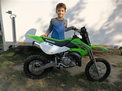 Wie der Vater so der Sohn! sWas tun wenn das 50 ccm Bike zu klein ist? Ganz einfach, es wird gegen eine Kawasaki KX 65 getaucht. Somit fährt Matthias die sel... Weiter >>