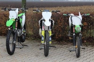 MX-begeisterte Familie! Jetzt ist die MX-begeisterte Familie komplett ausgestattet. Zuerst erhielt der jüngste Sohn eine Kawasaki KX 85, der ältere Sohn f... Weiter >>