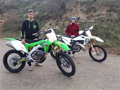 Zwei Brüder im MX-Fieber! Eine Familie mit Benzin im Blut! Die Brüder Gabriel und Dominik sind mit dem MX-Virus infisziert und bestreiten trotz ihrer Jugend... Weiter >>