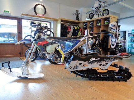 >>>HQV FE 350 feat. CAMSO DTS129 Raupenkit<<<  >>>HQV FE 350 feat. CAMSO DTS129 Raupenkit Wer einen richtigen Fun-Faktor im Winter mit seinem Offroad-Bike sucht, ist bei uns ... Weiter >>