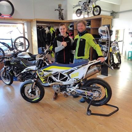 >>>HUSQVARNA 701SM Custom - Übergabe<<<  >>>HUSQVARNA 701SM Custom - Übergabe  Wir gratulieren Andreas Daxauer zu seinem neuen Supermoto - Bike !!! Viel Spass Andreas... Weiter >>