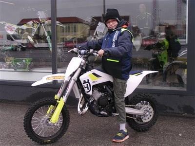 Maximilian benötigt ein neues Bike!! Die TC 50 ist zu klein, was tun? Man tauscht das Motorrad und startet in der Saison 2019 mit einer neuen TC65. Das hat sich Maxim... Weiter >>
