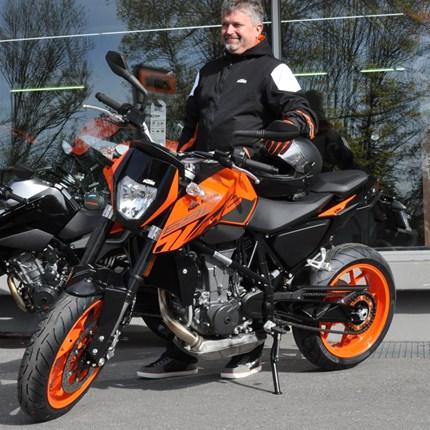 Fahrzeugübergabe KTM 690 Duke  Wir wünschen Arno viel Spaß  mit seiner neuen KTM 690 Duke und stets eine GUTE FAHRT !!!!