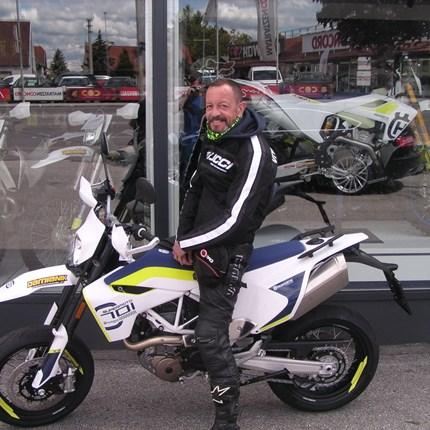 701 Supermoto geht auf Reise! Es freut uns, dass wir an Erich eine Husqvarna 701 Supermoto übergeben dürfen! Wir wünschen mit den neuen Bike viel Spaß und viel... Weiter >>