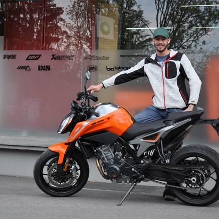 Fahrzeugübergabe KTM 790 Duke  Wir wünschen Tobias viel Spaß  mit seiner neuen KTM 790 Duke und stets eine GUTE FAHRT !!!