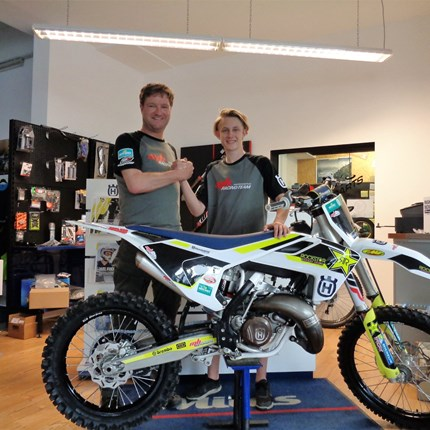 >>>HUSQVARNA TC 125 Rockstar Edt. - ROLL OUT<<<  >>>HUSQVARNA TC 125 Rockstar Edt. - ROLL OUT  Wir gratulieren unserem Youngster Elias Frühwirth zu seinem neuen Bike und wünsc... Weiter >>