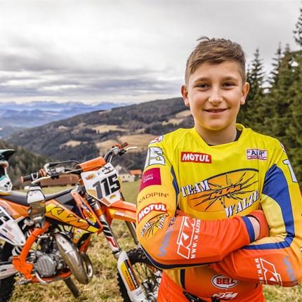 Team KTM Walzer Pilot Matthias Stingl unter den Top 15 der MX Jugend ÖM Motocross Staatsmeisterschaft in Schwanenstadt! Bei optimalen Wetterbedingungen, einer ausgezeichneten aber etwas staubigen Piste und einer gewalti... Weiter >>