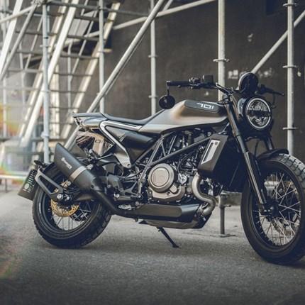 """Husqvarna 701 Svartpilen """"STYLE"""" bei Motobike erhältlich!!  Husqvarna 701 Svartpilen Special Edition """"Style"""" jetzt bei Motobike Bregenz erhältlich!!!   Extras des besonderen Designhighl... Weiter >>"""