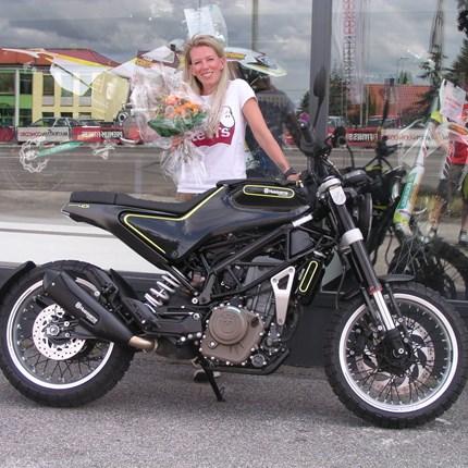 Alex und ihr Feuerhobel !!! Es freut uns, dass wir an Alex eine Husqvarn Svartpilen 401 übergeben dürfen. Wir wünschen ihr mit den neuen Bike viel Spaß und vi... Weiter >>