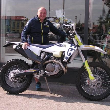Auslieferung einer FE 450/20 Die TE 250 i ist ein tolles Bike, aber manche Männer brauchen eine grössere Herausforderung. Nach diesen Moto hat Walter gehandelt... Weiter >>