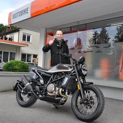 """Fahrzeugübergabe Husqvarna 701 Svartpilen Style  Wir wünschen Andreas viel Spaß mit seiner neuen Husqvarna 701 Svartpilen """"Sonderedition Style"""" und stets eine GUTE FAHRT !!!"""