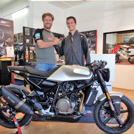 >>>HUSQVARNA VITPILEN 701 - ROLL OUT<<<  >>>HUSQVARNA VITPILEN 701 - ROLL OUT   Wir gratulieren Sepp Hinterholzer & seiner Freundin zu diesem coolen Bike! Lasst es k... Weiter >>