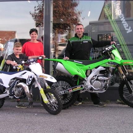 Neue Heimat für KX 250 und TC 65! Es ist uns eine Ehre dass wir an Hans eine neue Kawasaki KX 250 und an Mark eine neue Husqvarna TC 65 übergeben dürfen. Wir wünsch... Weiter >>