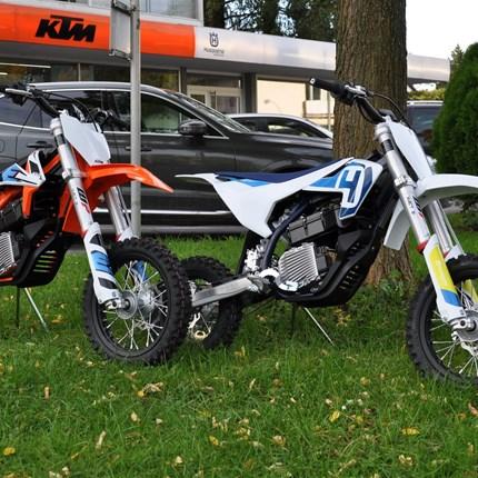 NEU EINGETROFFEN...  ...Mini-Motocross mit Elektroantrieb!  KTM SX-E 5 + Husqvarna EE 5 !!!!   Es handelt sich hier um ein neu entwickeltes, hoc... Weiter >>