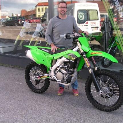Ein neues Bike für Klaus! Es freut uns, dass wir an Klaus eine neue Kawasaki KX 250 übergeben dürfen. Wir wünschen mit den neuen Bike viel Spaß und viel Erf... Weiter >>