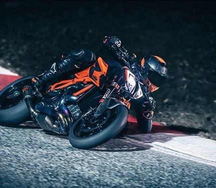 KTM PRÄSENTIERT BEI DER EICMA 2019 EIN SCHLAGKRÄFTIGES MODELL-TRIUMVIRAT  Am ersten Tag der EICMA-Motorradmesse in Mailand enthüllte KTM seine neuesten Innovationen. Das österreichische Unternehmen präs... Weiter >>