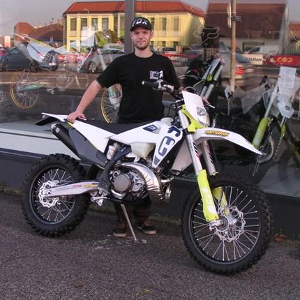 TE 250 i/2020  für neue Einsätzte bereit Daniel ist mit seiner Enduro viel unterwegs. daher ist es an der Zeit ein neues Bike abzuholen! Wir wünschen Daniel mit seiner neu... Weiter >>