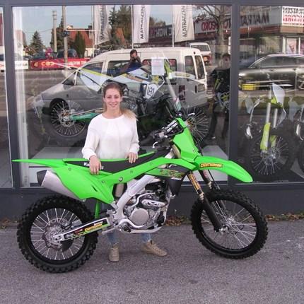 Melanie und Nadine mit neuen Bike ausgestattet! Frauen-Power in der MX- Szene ist schon stark vertreten. Dass wir an einen Tag zwei Motorräder an Damen übergeben dürfen ist dage... Weiter >>
