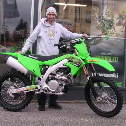 KX 450 zum ersten MX-Einsatz bereit! Alex holt seine neue Kawasaki KX 450 ab. Er fährtnach Ungarn zum ersten ausgiebigen Testen und Kennenlernen weiter!! Wir wünschen... Weiter >>