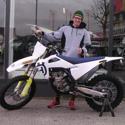 FC 250 seinen neuen Besitzer übergeben! Biken und Crossen gehört zu Christoph`s Lieblingssportarten. Ein passendes Bike steht schon zu Hause, jetzt fehlt nur noch das ric... Weiter >>