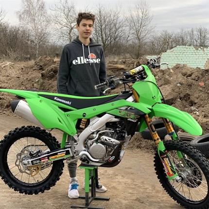 KX 250 fertig für den Renneinsatz! Unser Teamfahrer Gabriel hat eine neue Kawasaki KX 250 abgeholt. Sie wurde ausgiebig getestet ob siefür die Saison 2020 tauglich ... Weiter >>