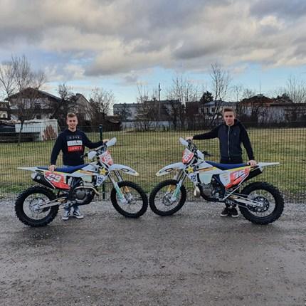 Ready für die Enduro - Saison 2020! Günther und Gregor haben bereits ihr zwei neuen Husqvarna Enduros abgeholt.In dieser Saisonstarten sie mit einer Husqvarna FE 25... Weiter >>