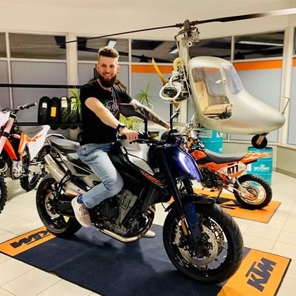 """FAHRZEUGÜBERGABE KTM 790 Duke   Andi ist mit seiner neuen KTM 790 DUKE """"READY TO RACE"""" - wir wünschen ihm viel Spaß und Freude bei all seinen Ausfahrten!"""