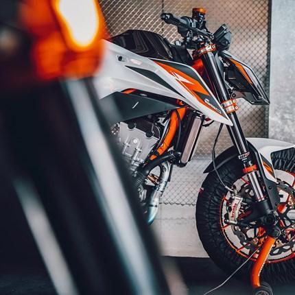 KTM digitale Präsentation KTM 890 DUKE R  EINLADUNG DIGITALE PRÄSENTATION KTM 890 DUKE R KTM bringt in Form der KTM 890 DUKE R ein ultra-leichtes, kompaktes, agiles und ... Weiter >>