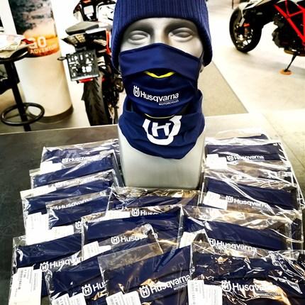 Husqvarna Masken / Mundschutz nun bei uns erhältlich!   Husqvarna Masken / Mundschutz nun bei uns erhältlich! Halstücher und schöne verschiedene Husky Mützen haben wir für euch am Lag... Weiter >>