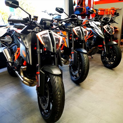 KTM 1290 Super Duke R nur noch wenige verfügbar!!  KTM 1290 Super Duke R 2020 in orangenur noch wenige verfügbar für dieses Jahr!! Super Duke R 2020Schwarz ist nur noch eine ve... Weiter >>