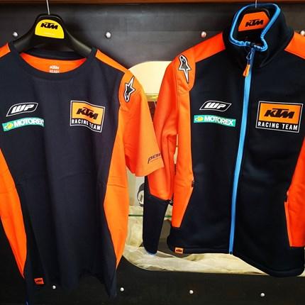 KTM Replica Team Wear für die ganze Famile !!  KTM Replica Team Wear für die ganze Famile !!   Wir habendieReplica Team Wear für Damen, Herren und Kinder in verschieden... Weiter >>