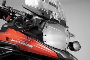 Bild von Scheinwerfer-Halter. Schwarz. Suzuki V-Strom 1050 (19-).