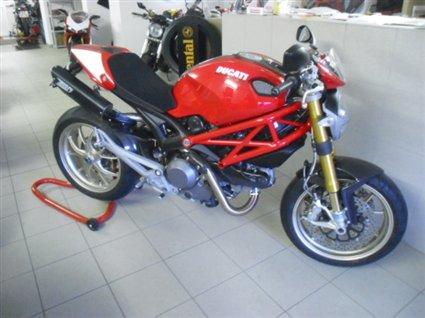 Umgebautes Motorrad Ducati Monster 1100 S von A T T -Tiedemann