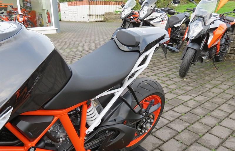 umgebautes motorrad ktm 1290 super duke r von biker s. Black Bedroom Furniture Sets. Home Design Ideas