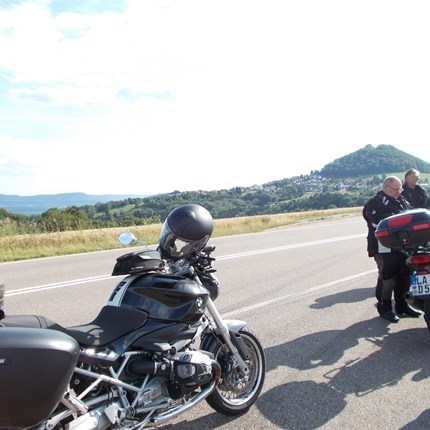 """2-Tagestour in die Schwäbische Alb Los ging es diesmal wie gewohnt zur frühen Stunde mit 16 Bikes und 19 mehr oder minder """"harten"""" Bikern.Diesmal war sogar Willi kurz anwesend, um un..."""