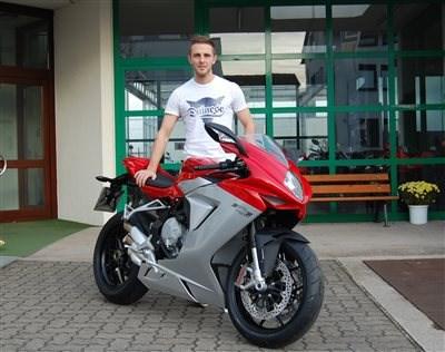 Supersport WM Fahrer Kevin Wahr erhält seine MV Agusta F3 675